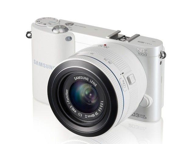 NX1000 004 Right Angle white e1349352596225 Samsung NX1000, 20 megapixeles en una mirrorless para todo el público