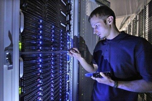 un empleado de strato cambia un disco duro 500x332 Strato inicia su revolución en el hosting