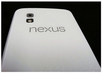 Se deja ver un Nexus 4 blanco, ¡si quieres uno negro corre! 30