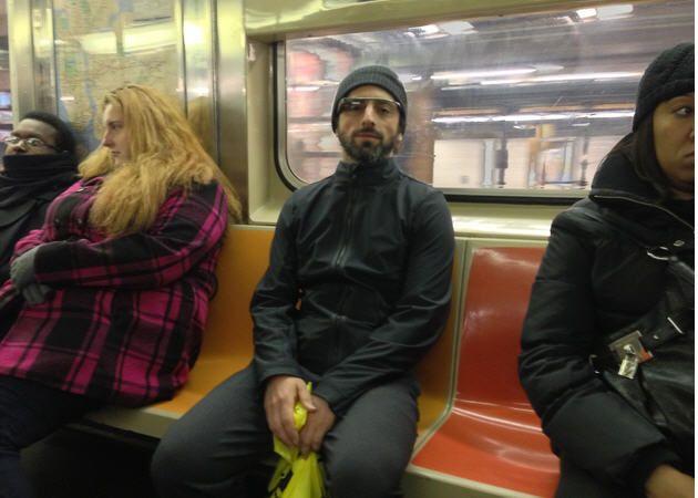 Sergey Brin va por el metro de NY con Google Glass