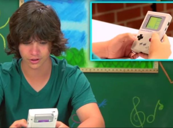 niños de hoy ante una Game Boy