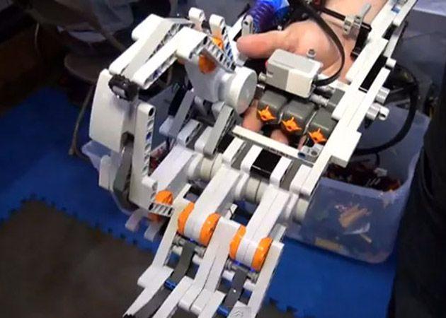 Brazo cyborg hecho con Lego
