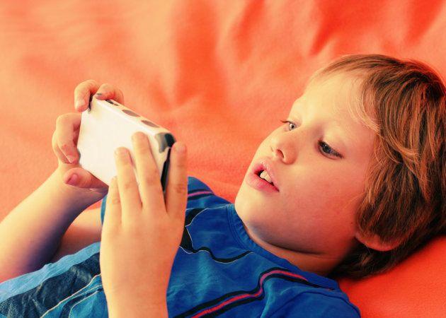 niño jugando con un móvil