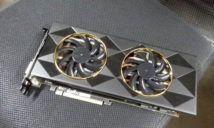 Esta sería la XFX Radeon R9 390, Fiji en versión recortada 27