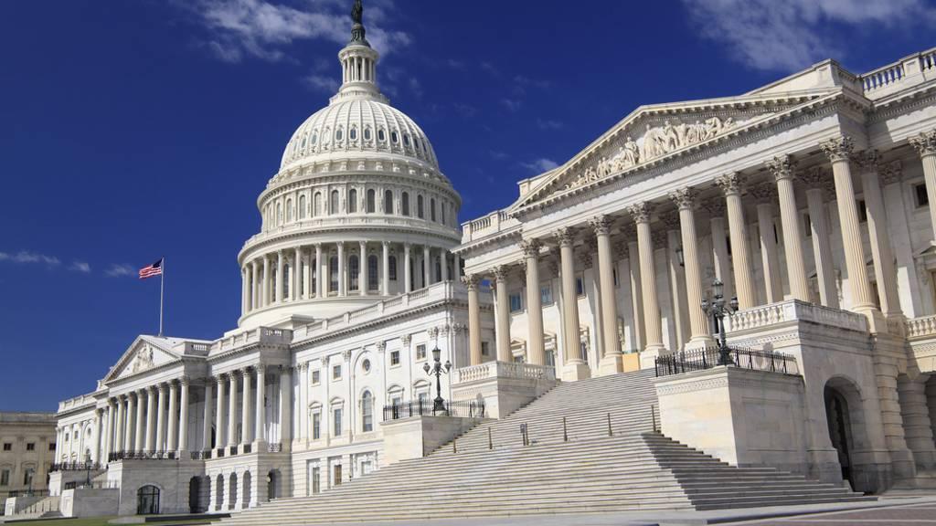 FCC estudia subsidios poner subsidios para que las personas con pocos recursos pueda tener banda ancha