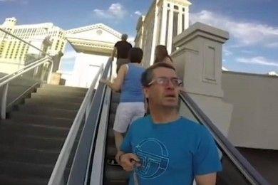 Este hombre se convierte en la estrella de YouTube grabando con una GoPro ¡al revés!