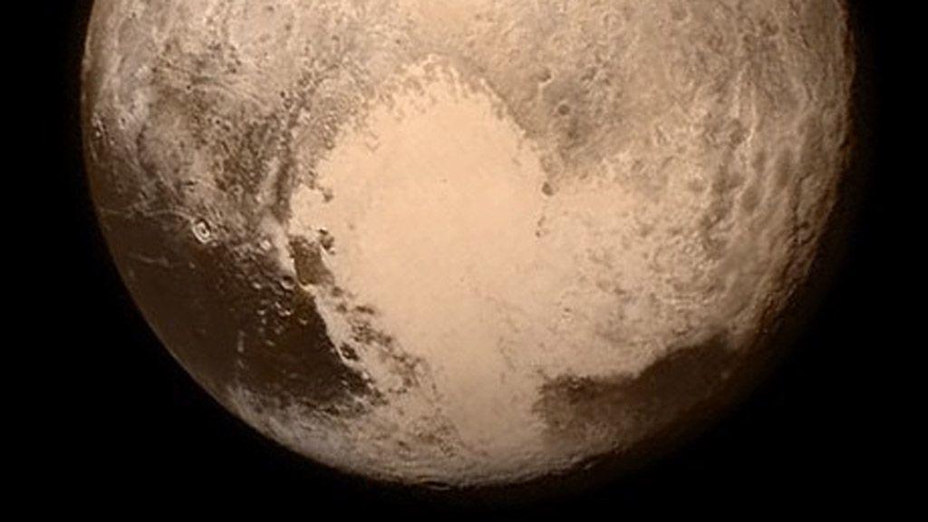 """La NASA nos muestra detalles del """"corazón roto"""" de Plutón 27"""