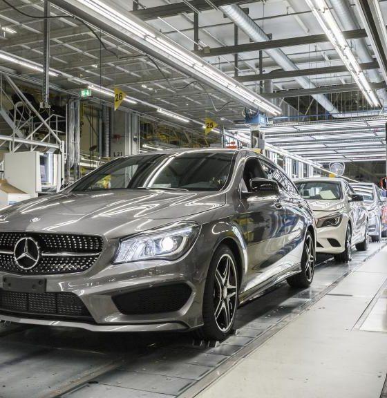 Mercedes cambia a los robots por personas 32