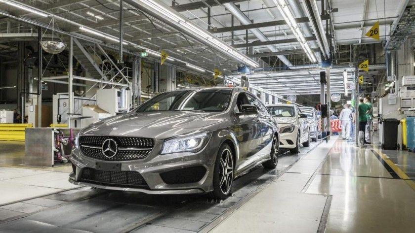 Mercedes cambia a los robots por personas