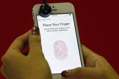 Cómo hackear un smartphone con un poco de plastilina