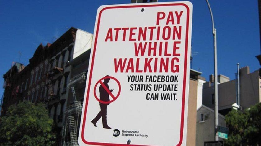 Nueva ley busca multar a los que escriben mientras caminan 27