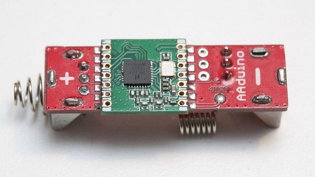 AAduino, un clon de Arduino del tamaño de una pila 27