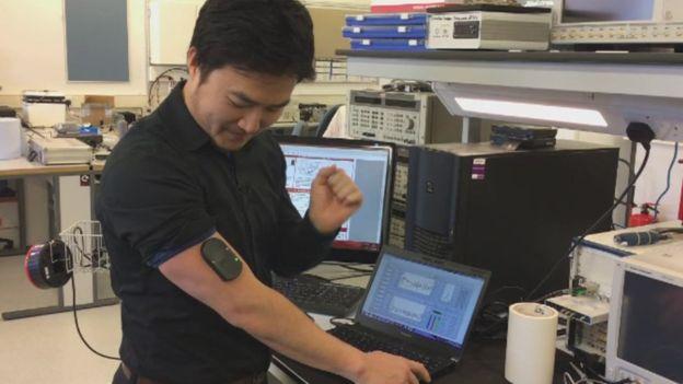 Disposivito adhesivo para medir la glucosa en sangre siendo probado por uno de los investigadores