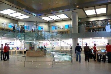 Roba en una Apple Store vestido como un empleado