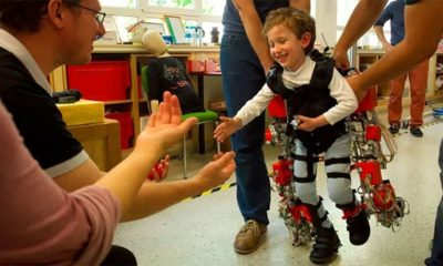 Primer exoesqueleto para ayudar a niños a caminar 35