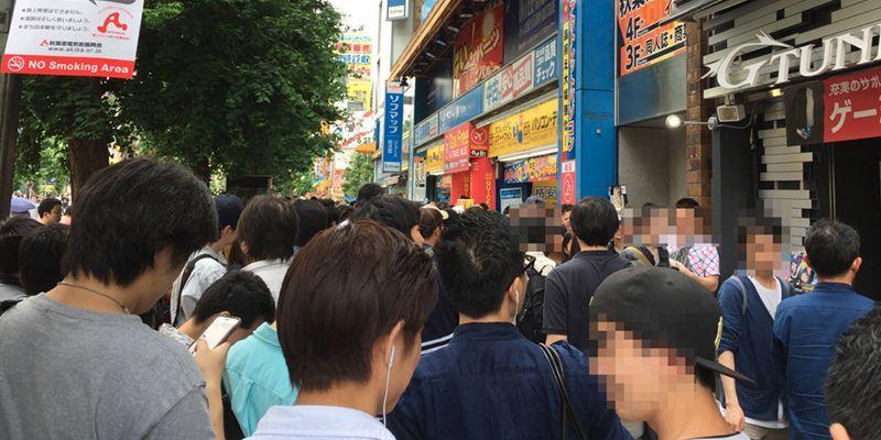 Personas intentando acceder al festival porno en realidad virtual celebrado en Japón