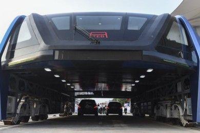 China presenta el autobús que pasa por encima de los coches