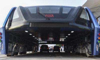 China presenta el autobús que pasa por encima de los coches 102