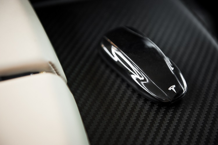 2013-Tesla-Model-S-key-detail-1