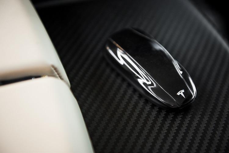 2013-Tesla-Model-S-key-detail-1