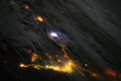 Descargas azuladas por encima de las nubes vistas desde la ISS