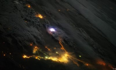 Descargas azuladas por encima de las nubes vistas desde la ISS 57