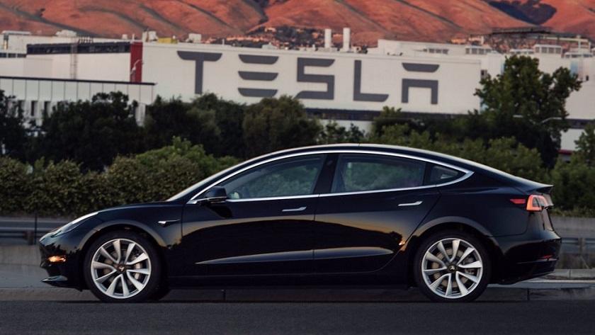 Ya está listo el primer Model 3 de Tesla, adivinad quién es el propietario 29