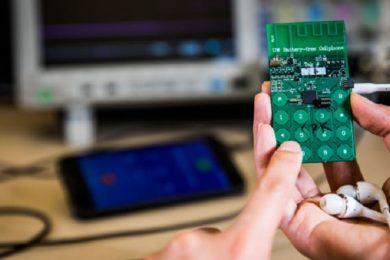 Científicos crean el primer móvil sin batería