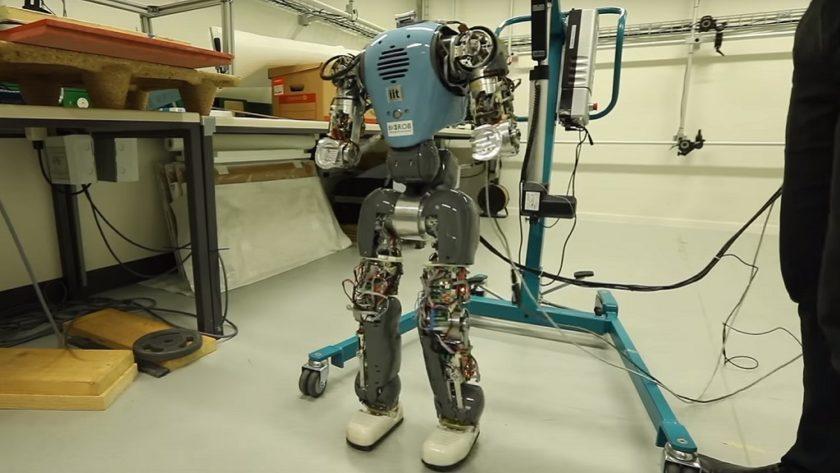 Crean robots que entienden su propio cuerpo para caminar de forma natural