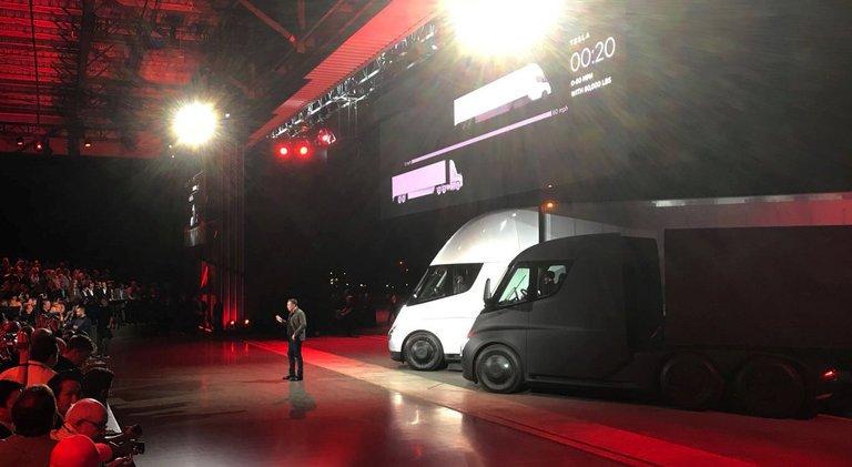 Tesla presenta su camión eléctrico y un superdeportivo con 1.000 km de autonomía 32