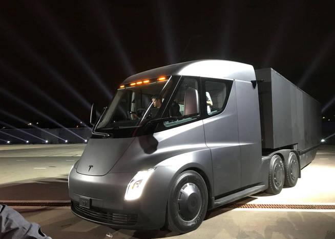 Tesla presenta su camión eléctrico y un superdeportivo con 1.000 km de autonomía 34