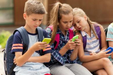 Francia prohibirá el uso de teléfonos móviles en los centros educativos a partir de septiembre