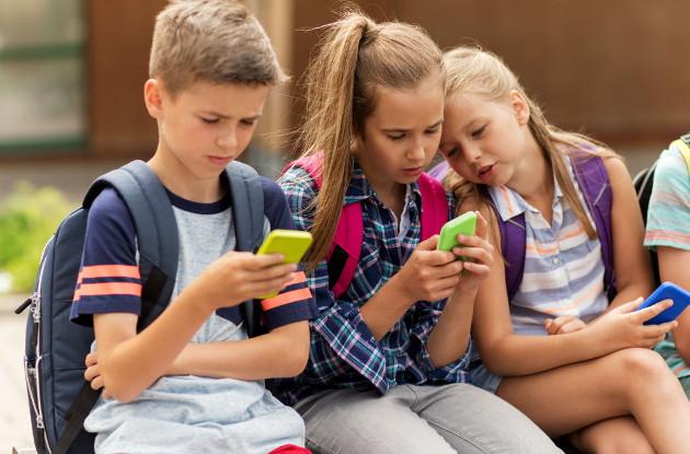 Francia prohibirá el uso de teléfonos móviles en los centros educativos a partir del próximo curso escolar