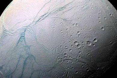Encélado podría tener microbios parecidos a los de la Tierra