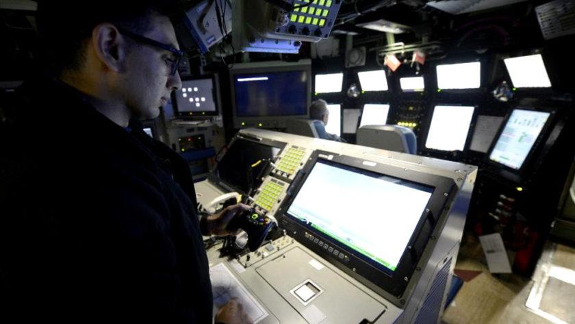 El submarino USS Colorado utiliza un mando de Xbox para manejar los mástiles fotónicos