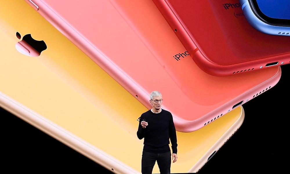 Tim Cook con el iPhone 11