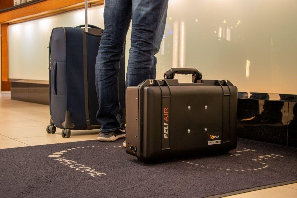 El ordenador portable Nuclear Football siendo llevado como una maleta