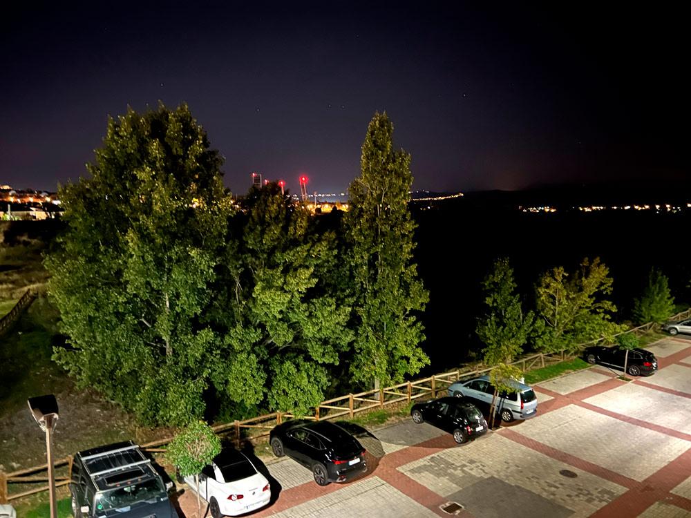 Foto de noche tomada con el iPhone 13 Pro Max.